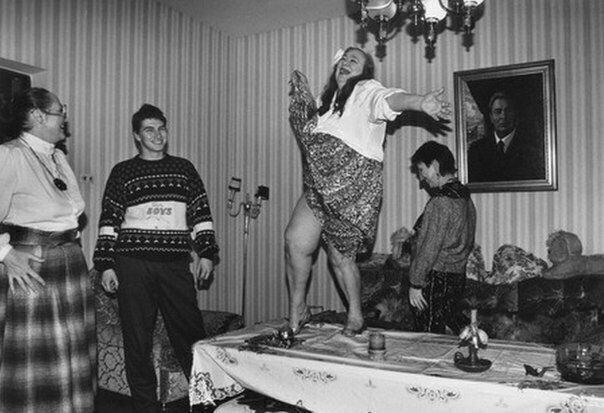 Дочка Генерального секретаря ЦК КПСС Леонида Ильича Брежнева - Галина - танцует на столе