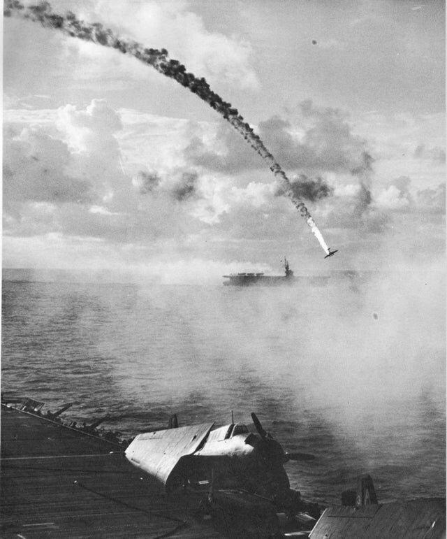 Сбитый японский самолет во время битвы на Сайпане, 1944 год
