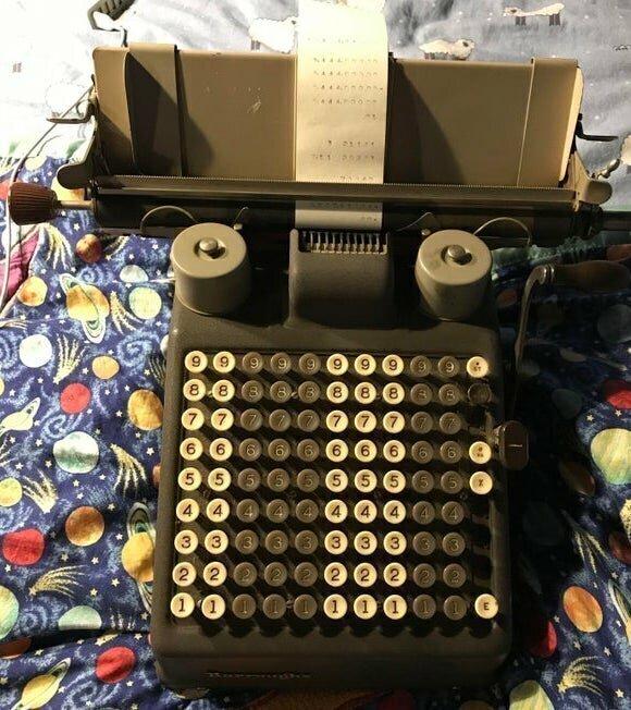 Это какая-то печатная машинка, только на клавишах одни цифры. Что это такое?