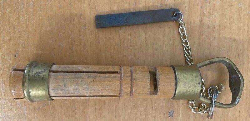 Это какое-то деревянное приспособление с металлическими частями и цепочкой. Что это?