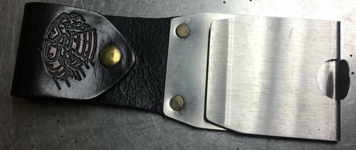 Что это за штука, похоже, что крепится на ремень, только для чего? Сделана из металлической части и короткого куска кожи, закрепленного в петлю.