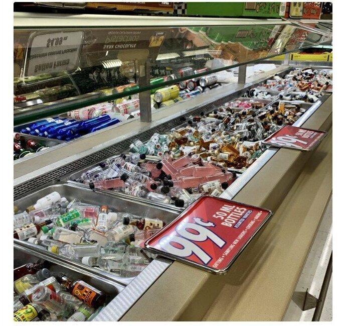 Салаты на развес в супермаркетах не купить - их место на прилавках заняли бутилированные напитки
