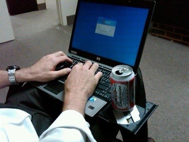 В век современных технологий дисковод можно использовать в качестве подставки