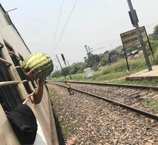 Человек купил арбуз через окно поезда, видимо так он проедет весь оставшийся путь