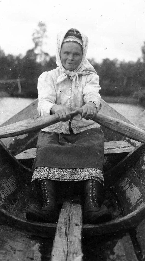 Вот взять эту женщину-саами, гребущую в лодке, сфотографированную в начале прошлого века.