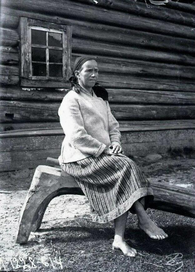 И напоследок, сколько раз показывала это фото карелки, но только недавно заметила на чем женщина сидит.
