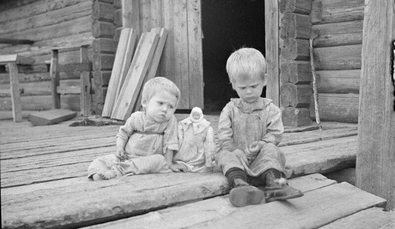 Куклу не замечаешь сразу, а потом думаешь - ну что за странная вещь.
