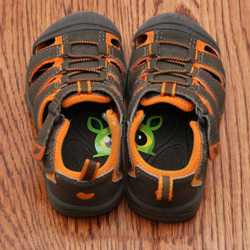Ваш ребенок постоянно путает левый и правый ботинок? Приклейте ему эти замечательные стикеры
