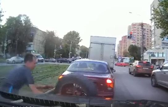 Поймал: водитель спас авто от летящего колеса