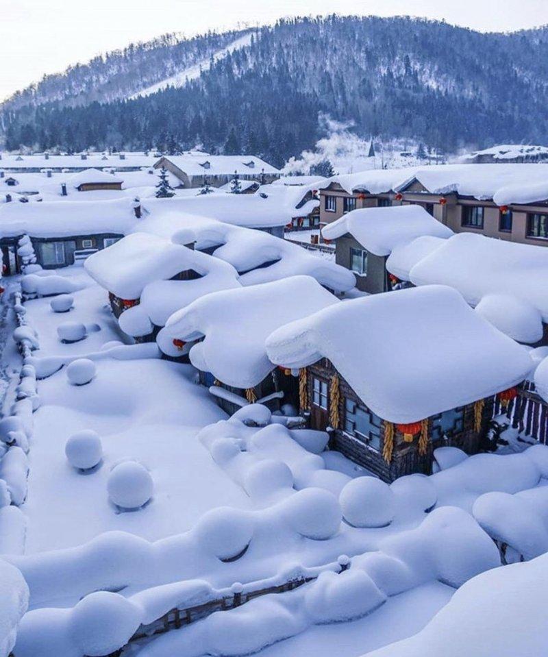 Этот безупречно белый и чистый снег непременно хочется потрогать