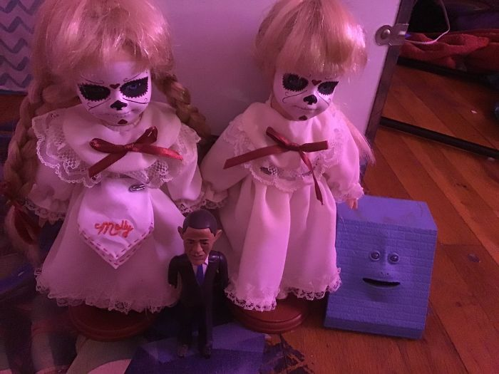 """""""Вот мои: копилка с лицом, фигурка Барака Обамы и куклы-близнецы, которых я привезла с тату-конвенции"""""""