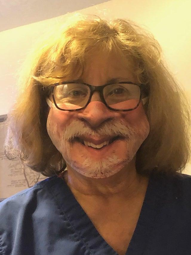 Папа подарил маме маску