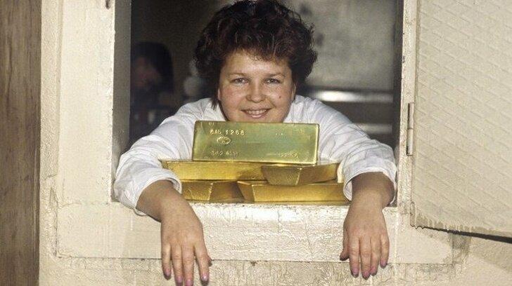 На предприятии по выдаче золотых слитков для дальнейшей переработки, 1997 года