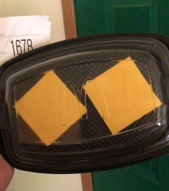 """""""Я умудрился заказать чизбургер без булочки и котлеты. Мне доставили два кусочка сыра за 6 долларов"""""""