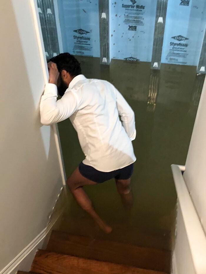 """""""Отмечал День влюбленных. Спустился в подвал, чтобы посмотреть, почему не работает обогреватель, а там вода стоит где-то на уровне полутора метров"""""""