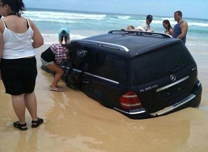 Вот что бывает, когда лень дойти от парковки до пляжа
