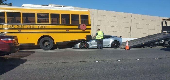 Не стоило слишком близко прижиматься к школьному автобусу на слишком низкой машине