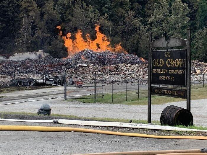 Во время пожара на винокурне Old Crown сгорело 45000 галлонов виски. Но есть и хорошие новости: утечки виски в реку удалось избежать