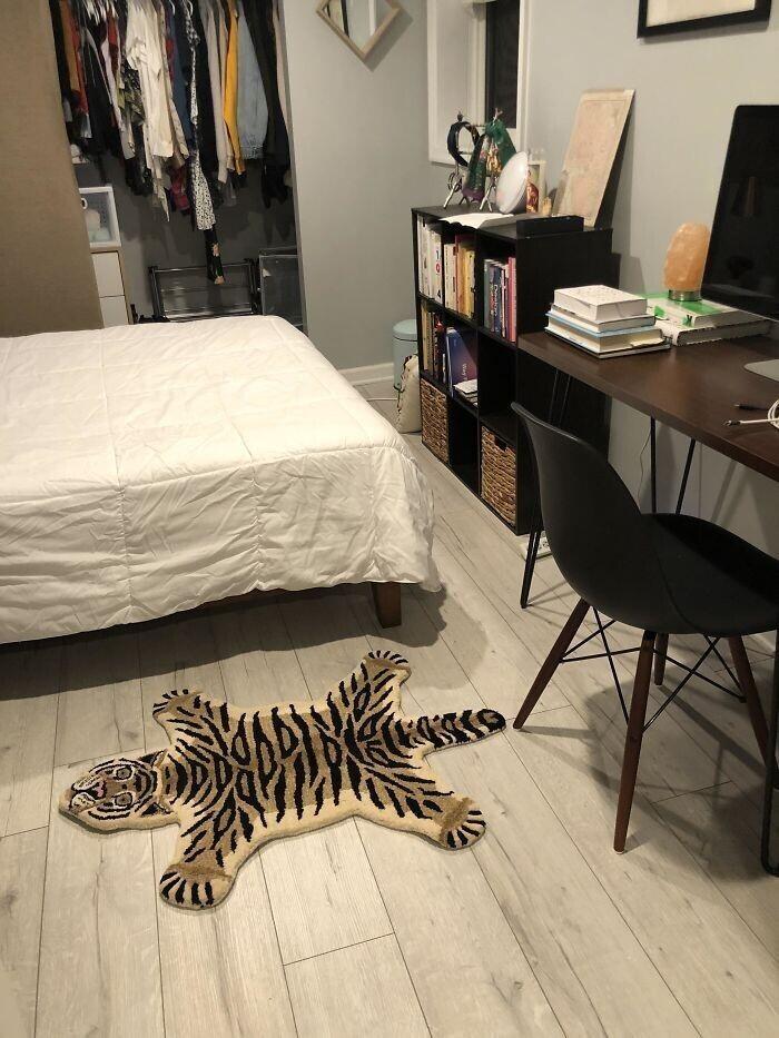 """""""Мы решили подруге подарить симпатичный прикроватный коврик за 150 баксов. Но никто не догадался проверить размер..."""""""