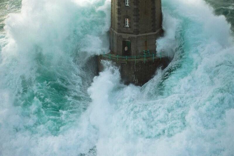 Смотрителя маяка накрыло гигантской волной: что потом?