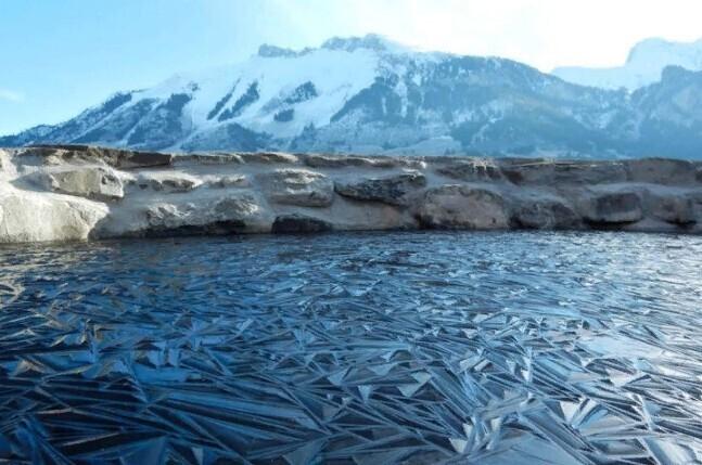 Замерзшее озеро в Швейцарии