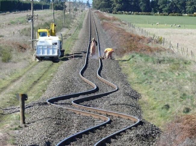 Изогнутые рельсовые пути после землетрясение в Новой Зеландии