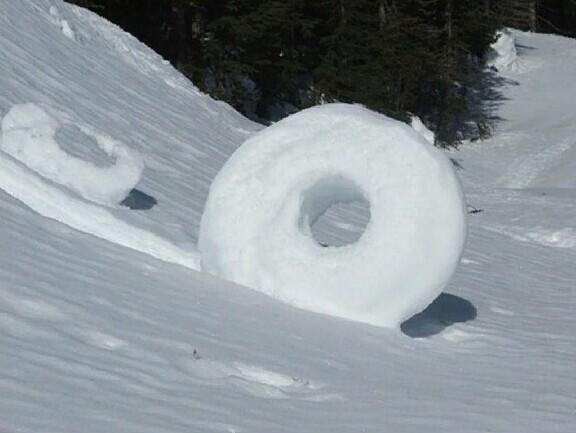 Снежные пончики созданы самой природой