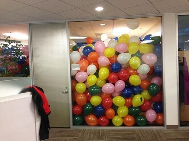 Один из сотрудников решил разыграть босса на 1 апреля, и наполнил его кабинет шариками