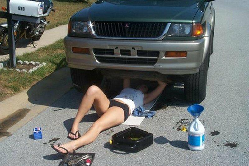 Девушки ремонтируют авто