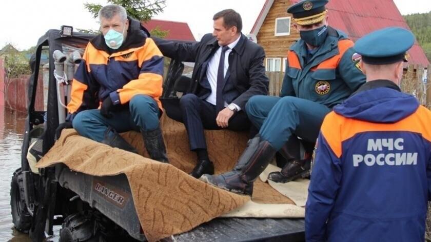 Глава администрации Кольского района Александр Лихолат во время наводнения. Удобно, ё-моё