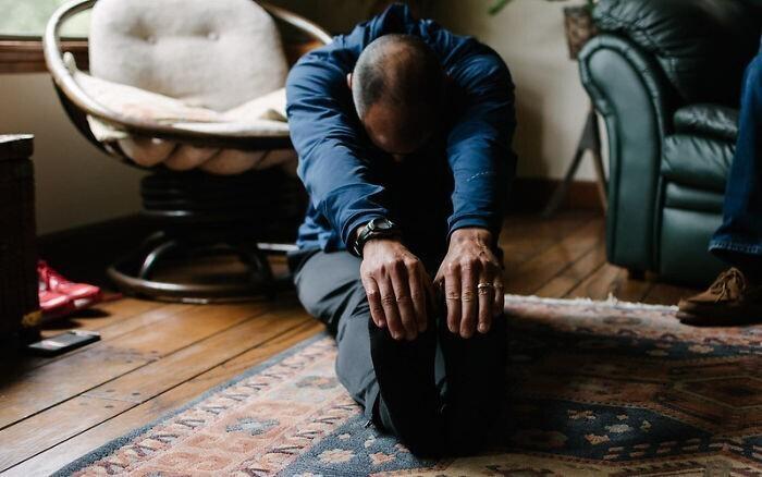 Перекатывание и растяжка на полу в течение 5-10 минут каждый день помогут расслабить тело и избавиться от зажимов