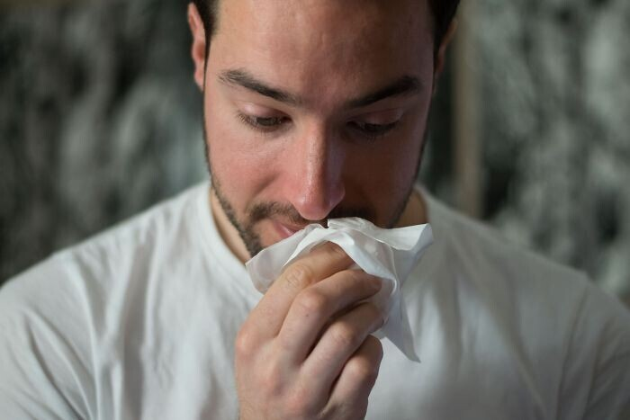 Избавиться от заложенности носа можно, попеременно прижимая язык к небу, а затем надавливая большим пальцем между бровями