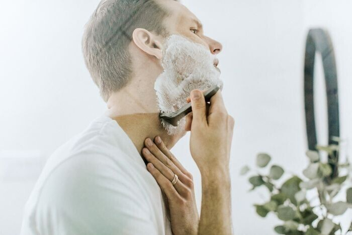 Когда вы бреете кадык, глотните, чтобы избежать порезов