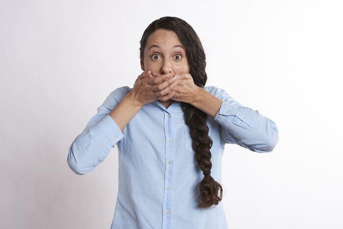 Способ быстро избавиться от икоты: глубоко вдохните, задержите дыхание, дважды сглотните, затем выдохните через нос