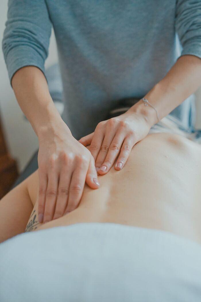 Если нижняя часть вашей спины напряжена, попробуйте подняться в любом месте, где вы сможете болтать ногами. Расслабьтесь, и позвольте весу ваших ног вытянуть спину. Лучшее место для этого - внутренний угол кухонного гарнитура