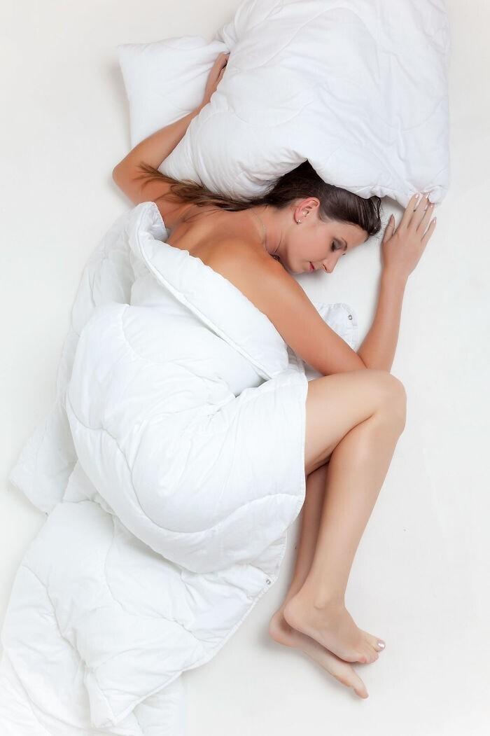 Лягте на левый бок, чтобы предотвратить изжогу перед сном после переедания