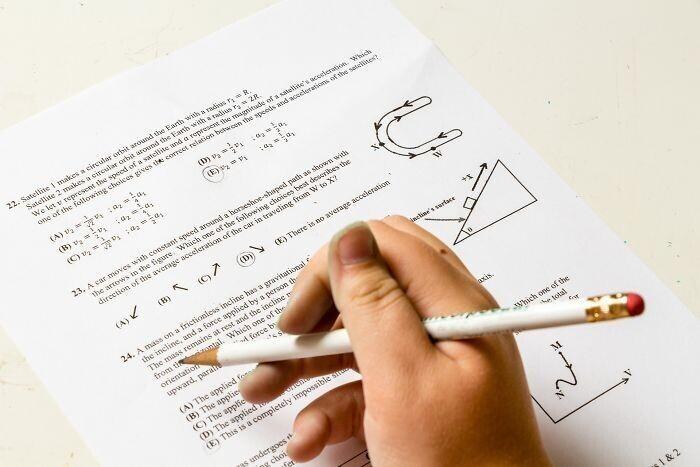 Если вы пишете тест, и не можете вспомнить или решить что-то, попробуйте пошевелиться или изменить позу - это помогает сконцентрироваться