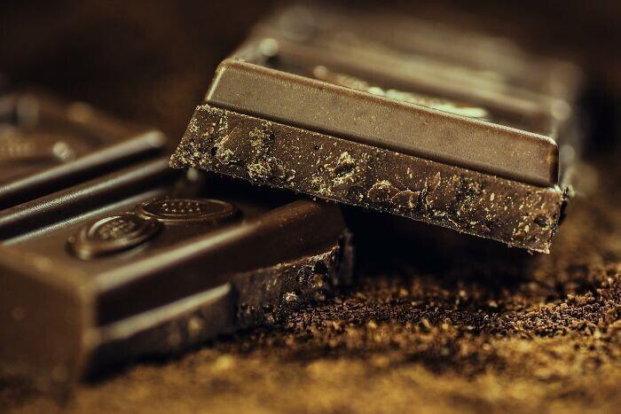 Темный шоколад, черника, зеленый чай, и продукты, содержащие витамины группы В помогут избавиться от депрессии и просто подавленного состояния