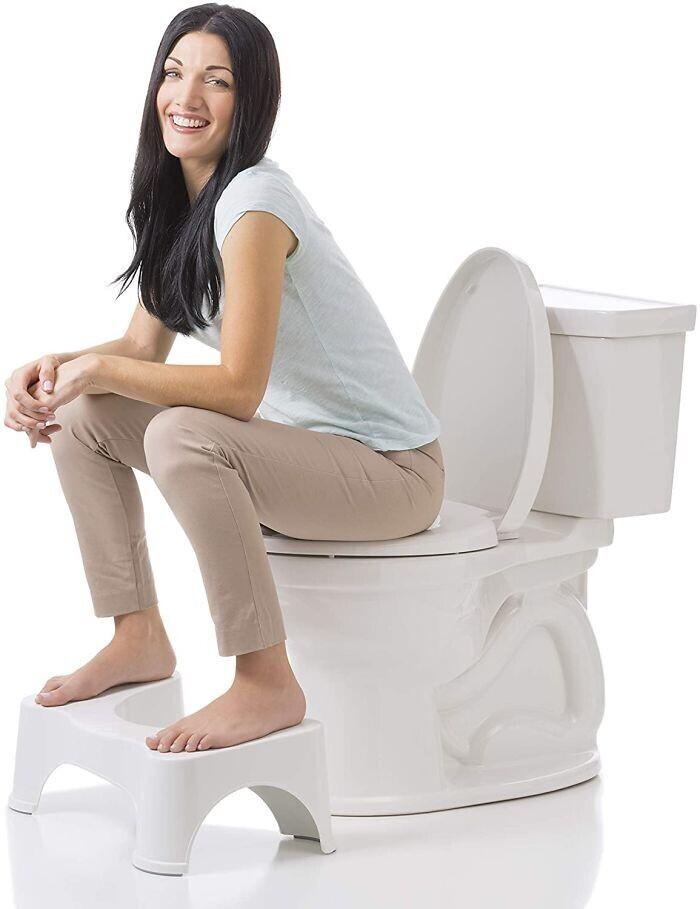 Сходить в туалет по-большому будет легче, если поставить ноги, согнутые в коленях, чуть выше