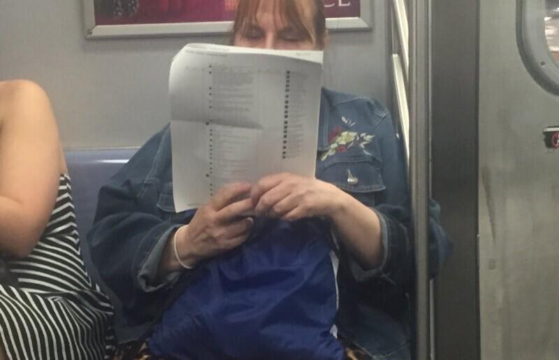 Женщина читает комментарии из Фейсбука, распечатанные на листах А4