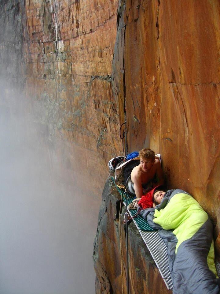 Альпинисты Арно Пети и Стефани Боде отдыхают на отвесной скале рядом с водопадом Анхель в Венесуэле