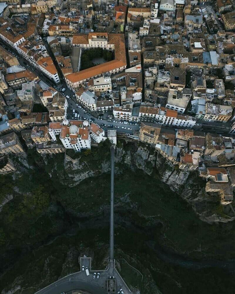"""онстантина, или """"город висячих мостов"""", в Алжире. Город находится на плато на высоте 600 м над уровнем моря и окружён глубоким ущельем, над которым проложены узкие мосты"""
