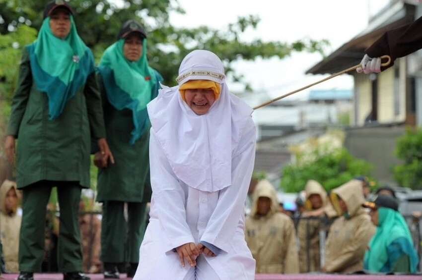 Начались публичные наказания и множество женщин носят хиджаб