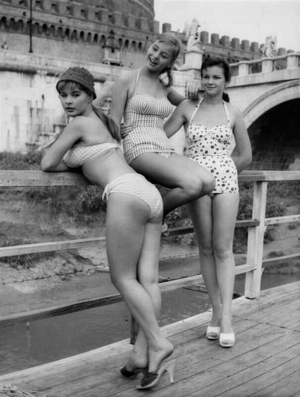 Модели в купальниках, 1957 год