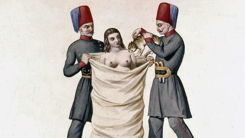 В Турции XVIII века женщину, уличённую в прелюбодеянии приговаривали к казни весьма необычным способом: её зашивали в мешок с кошками и топили