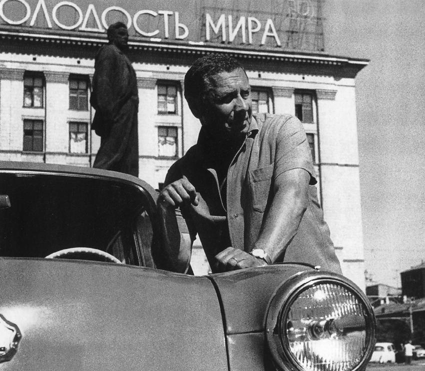 Анатолий Папанов также довольно долгое время водил Москвич-407 и очень любил свою машину
