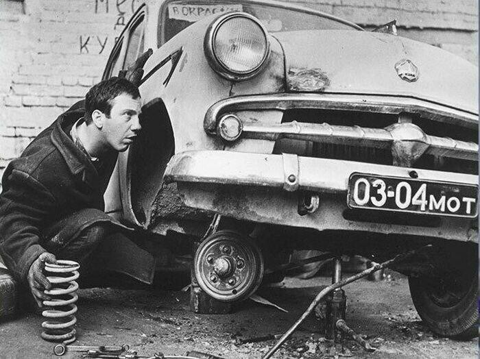 Москвич водил и Савелий Крамаров. Будучи 26-летним молодым человеком, после первой же эпизодической роли набрал денег в долг и купил себе машину
