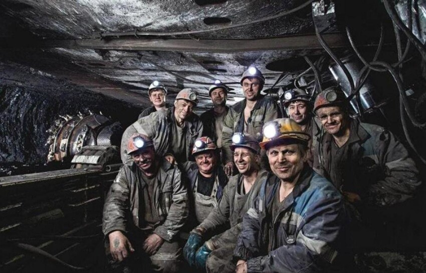 А у шахтеров тонны земли над головой, пыль, грязь, тяжелый труд