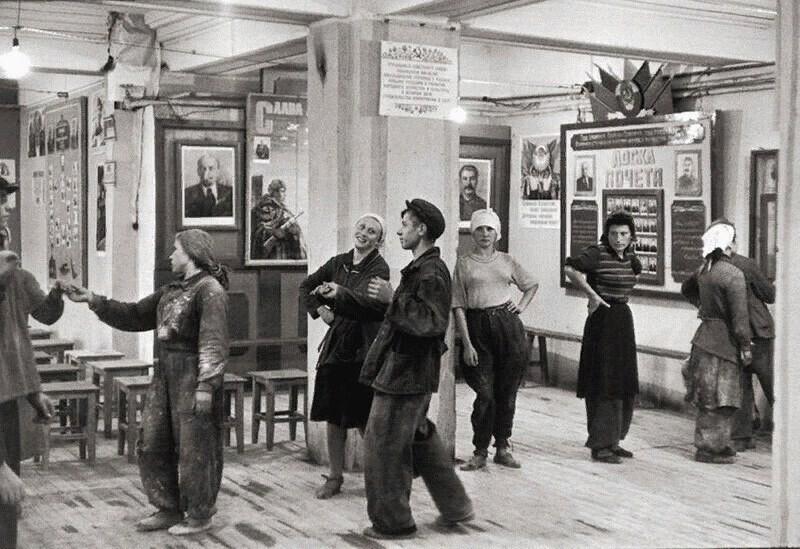 Танцы в рабочем клубе СССР, 1954 год