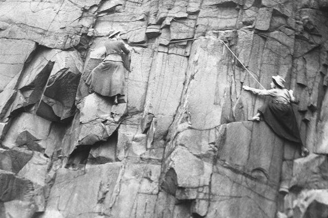 Члены женского клуба скалолазания в Шотландии лезут по скале, 1908 год